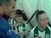 Van Persies großer Auftritt mit den kleinen Fans