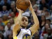 Spurs überraschen Warriors - Curry aus der eigenen Hälfte