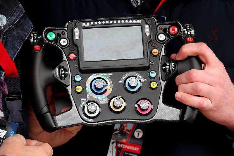 Kvyat rast, Vettel lacht, Grosjean stoppt
